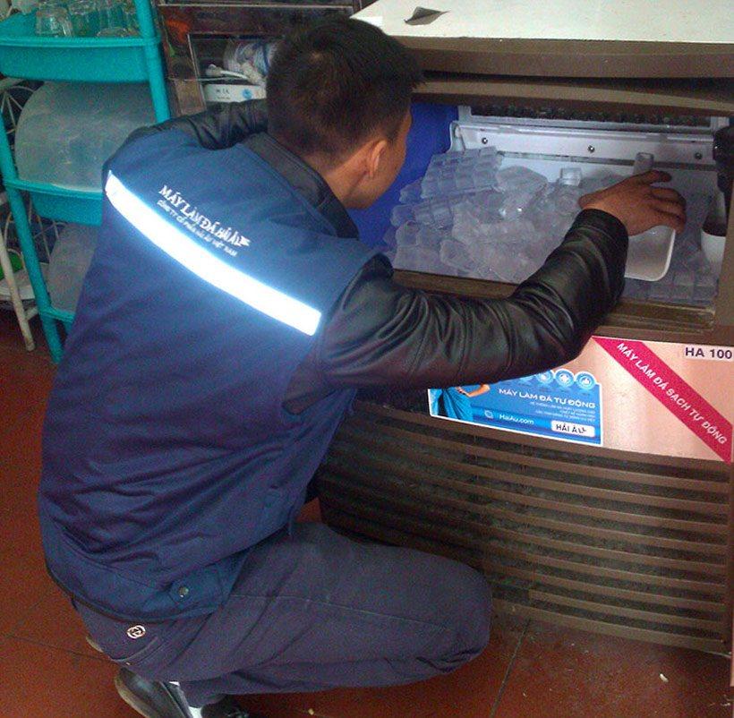 Nhân viên sửa chữa máy làm đá