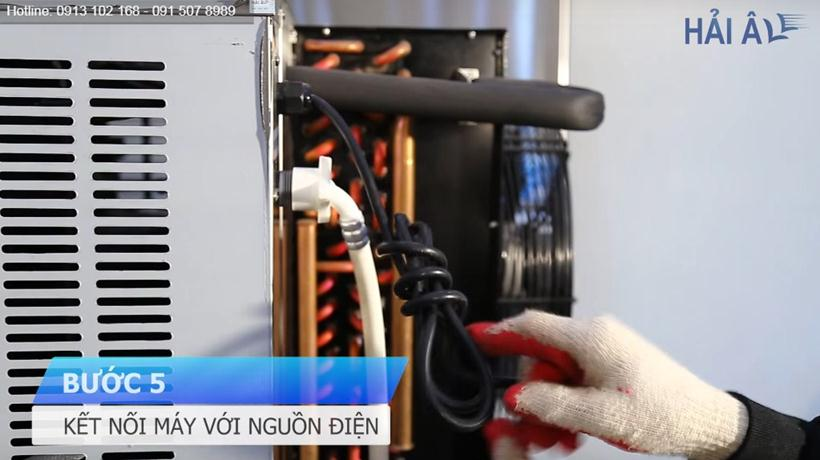 Kết nối máy với nguồn điện