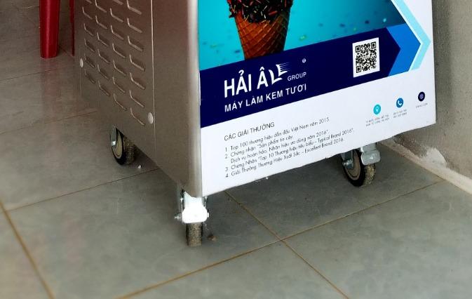 Chân bánh xe của máy làm kem Hải Âu (đang chốt)