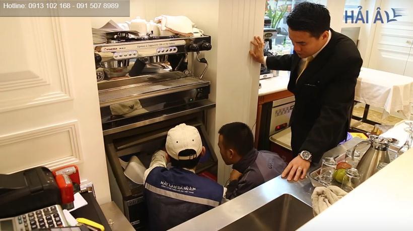 Kỹ thuật viên Hải Âu kiểm tra máy cho khách