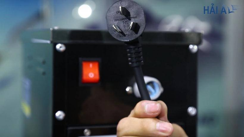 Phích cắm của máy đun nước nóng Hải Âu