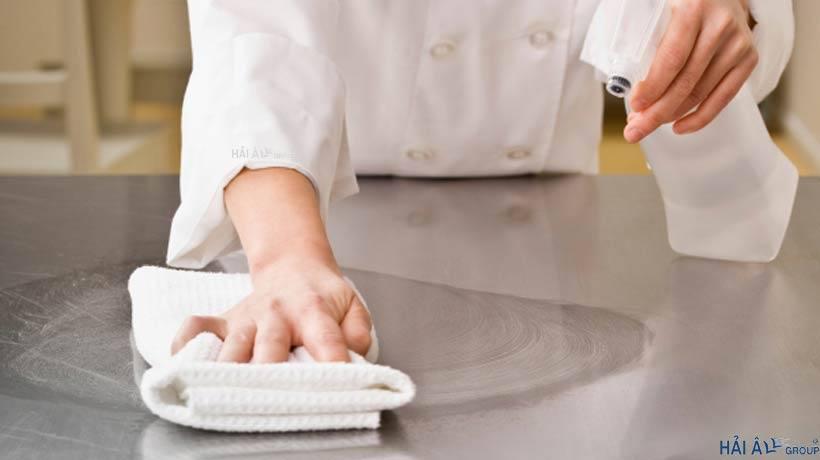 Dùng khăn và nước lau kính lau hướng vòng tròn