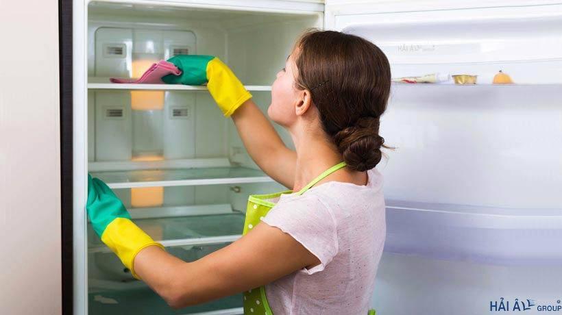 Lau lại tủ lạnh bằng khăn khô