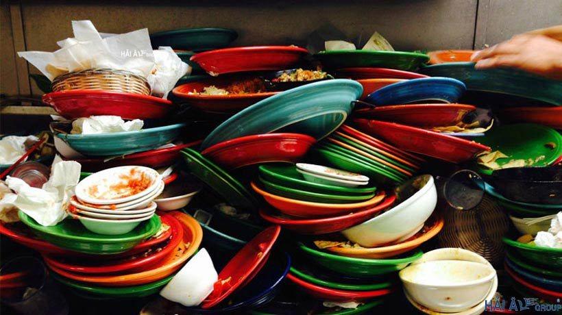 Bát đĩa cần loại bỏ bớt cặn thực phẩm trước khi cho vào máy