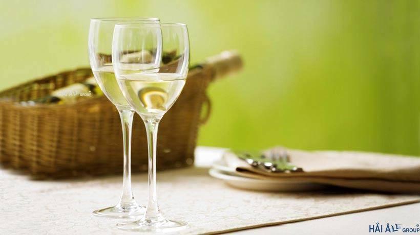 Rượu trắng giúp loại bỏ bẩn két hoặc dầu loang trên mặt kính