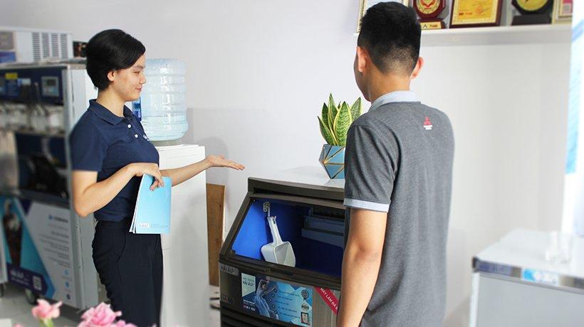 Khách hàng được tư vấn lựa chọn sản phẩm tại Showroom.