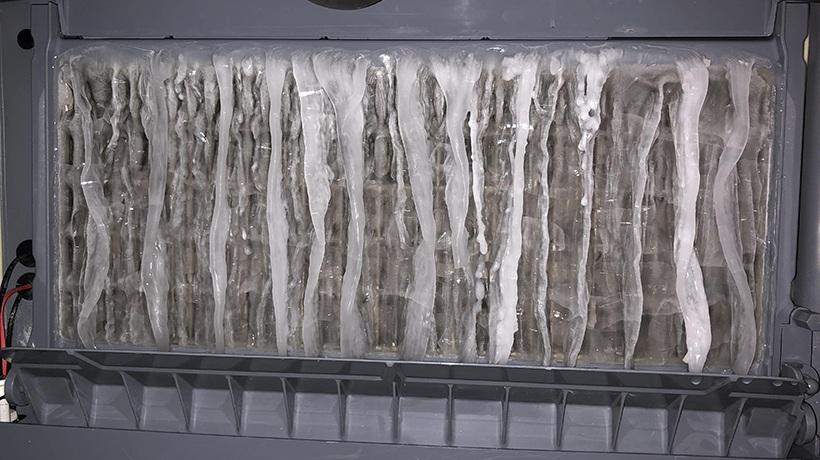 Nước chảy qua khuôn nhưng không tạo thành viên đá bởi máy kém chất lượng.