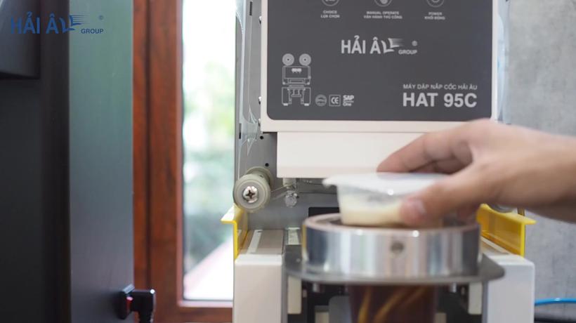 thiết bị mở quán trà sữa - máy dập nắp cốc